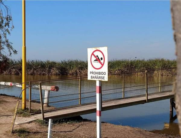 Prohiben bañarse en el camping municipal