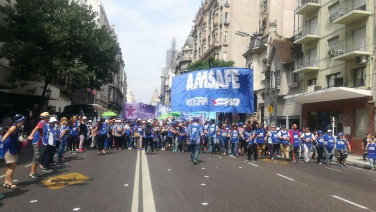 Multitudinaria marcha de protesta docente